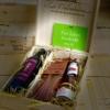 Pinienholzbox mit Inhalt